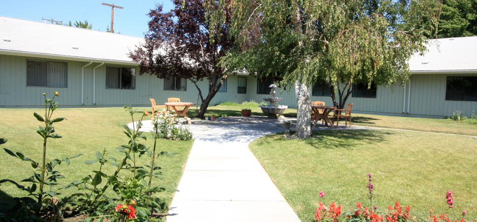 Retirement living in Hermiston, OR with beautifully landscaped grounds