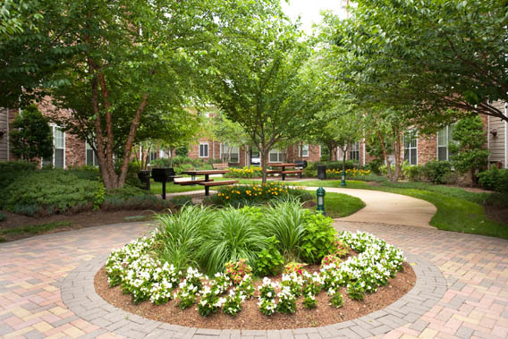Beautifully landscaped courtyard apartments in alexandria Park Place at Van Dorn