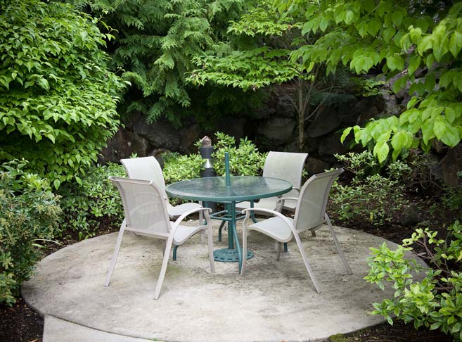 Lush green courtyards at our retirement community in Clackamas, OR 97086