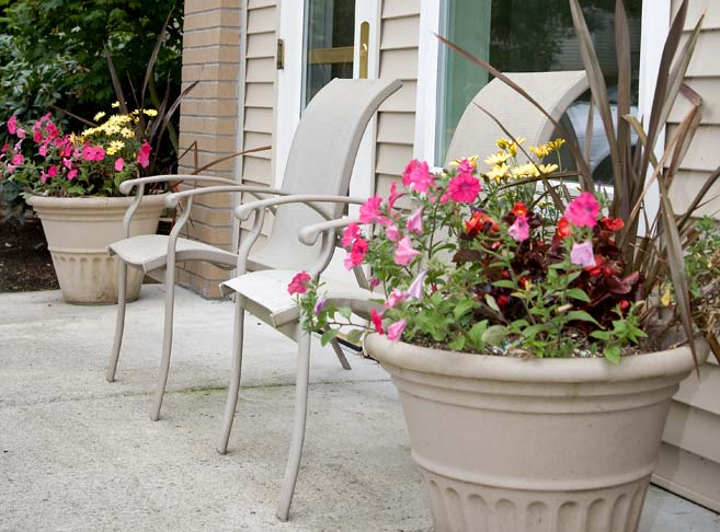 Retirement living in Clackamas, OR with sunny patios