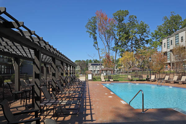 Swimming pool and outdoor lounge at our apartments in Chapel Hill