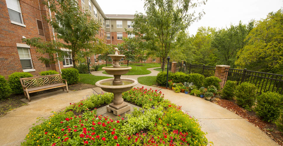 Beautifully landscaped senior apartments in Olathe