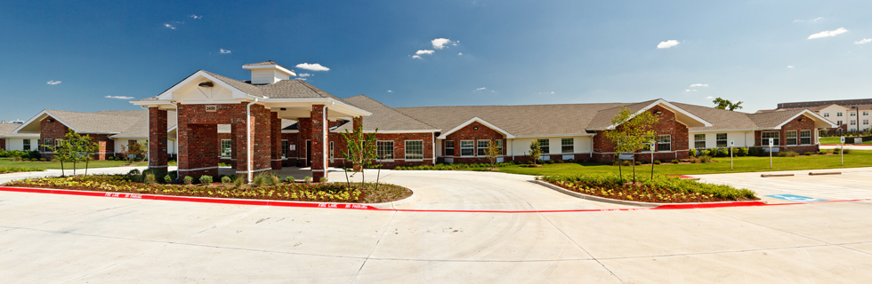 Landscaped exterior senior living in Dallas