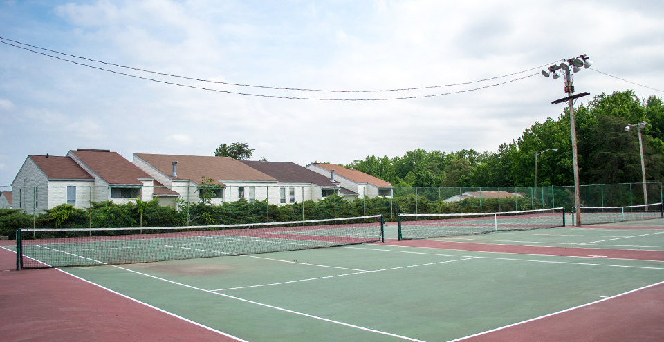 Large tennis courts at Richmond apartments