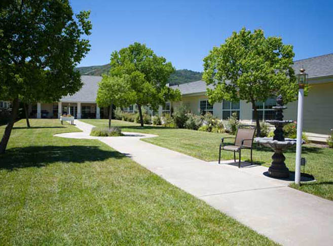 The courtyard at Mountain View assisted living