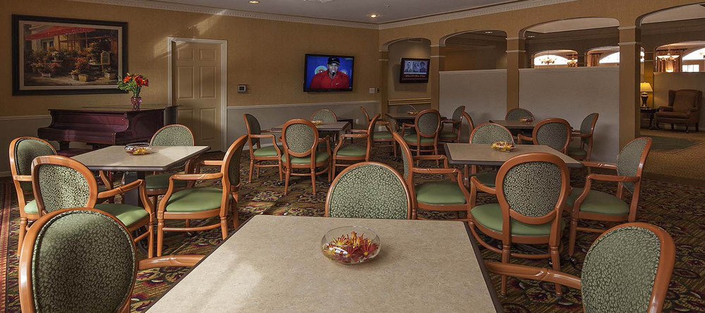 Community dining room at senior living in rochester hills