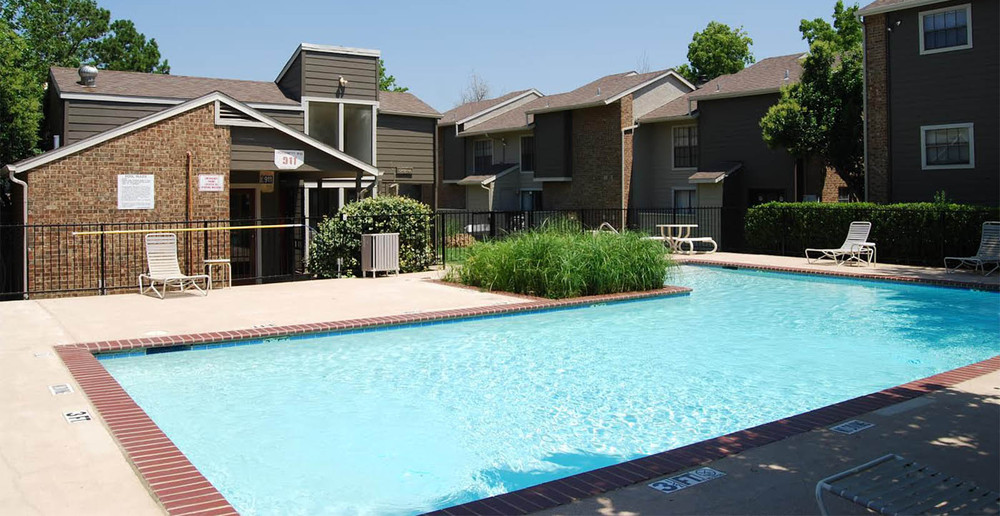 Arlington apartment pool