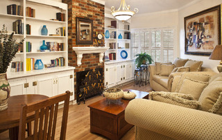 Senior living in Pasadena with a library
