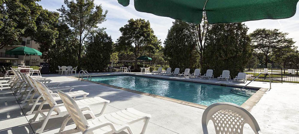 Large tanning deck at apartments in auburn hills copy