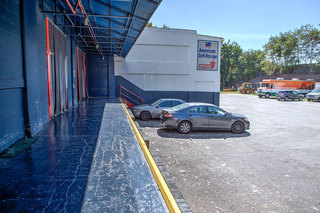 Staten island self storage loading dock and office from outside