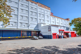 Staten island self storage office and loading dock exterior