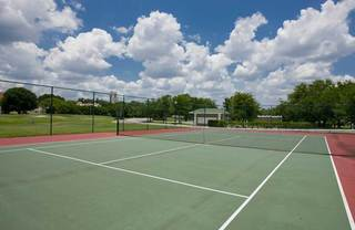 Tennis court at lakeland apartments