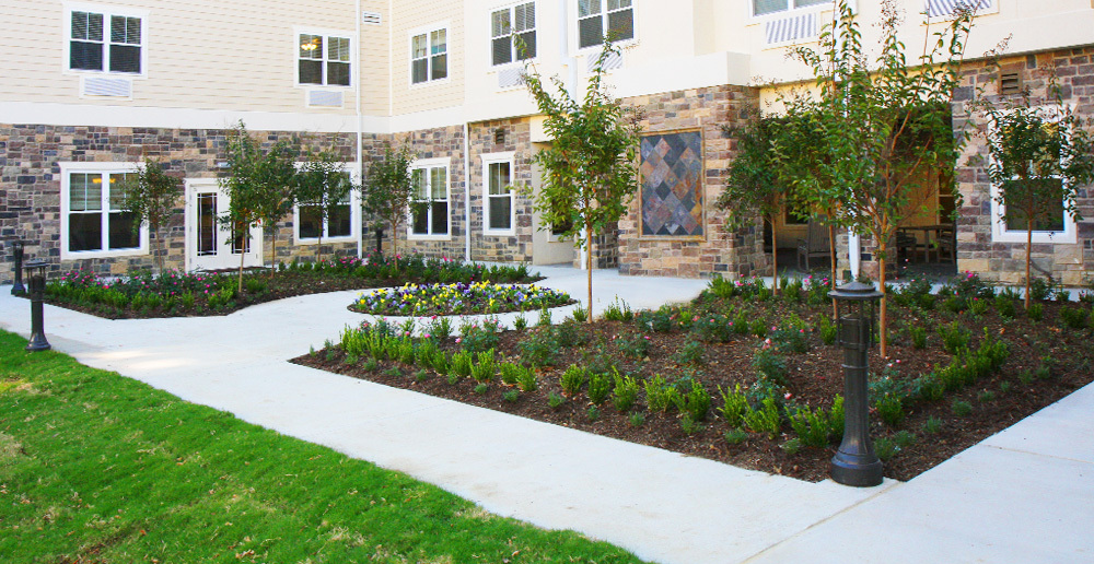 Assisted living in irving texas courtyard garden2