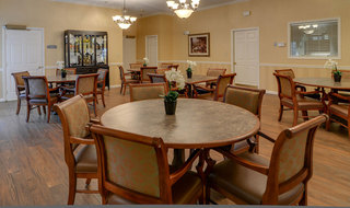 Assisted living in cape girardeau dining area