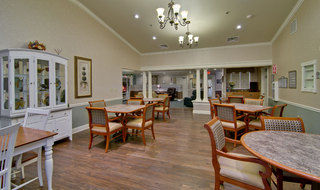 Memory care senior living dining services in spring hill