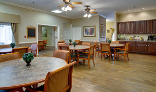 Assisted living dining hall in poplar bluff