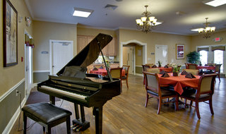 Assisted living dining area in fairview heights