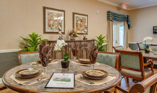 Senior dining at memphis assisted living