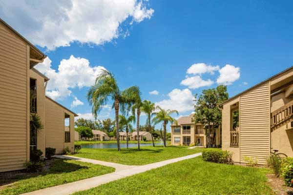 Well manicured grounds at our bradenton apartment homes