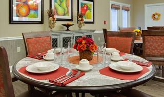 5 memory care family style dining