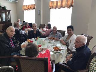 Residents dining at Parsons House Preston Hollow