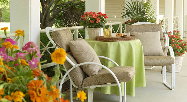 courtyard seating at the Retirement Community in Chesterfield, MO 63017