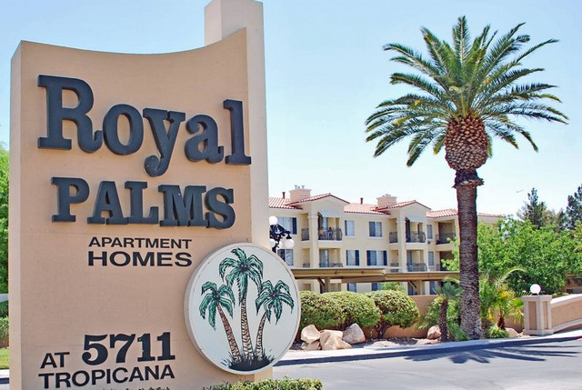Entry sign Royal Palms