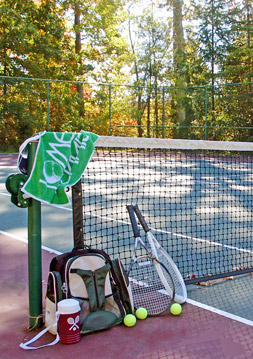 Tennis court at Breckenridge apartments in glen allen.