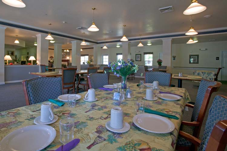 Crescent city assisted living photo tour addie meedom house for Senior living dining room