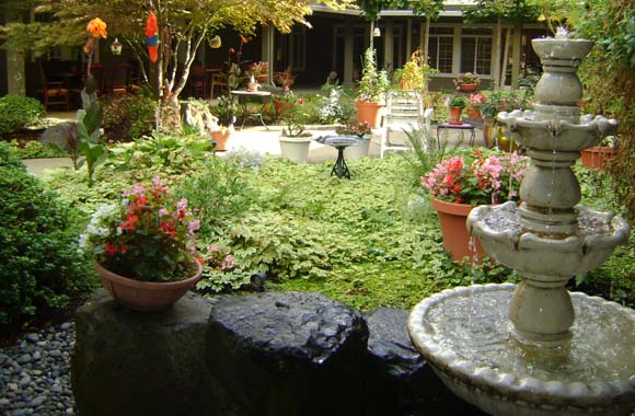 Outdoor courtyard at our Milwaukie senior living