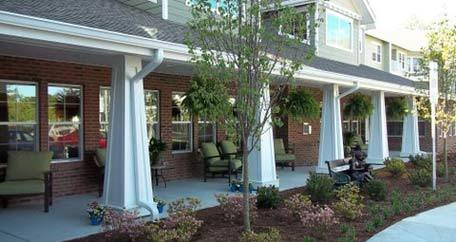 Courtyard seating Southern Pines Gracious Retirement Living